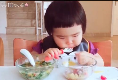 Cô bé 2 tuổi tự xúc hai bát tô thức ăn thu hút 100 ngàn lượt thích - Ảnh 3