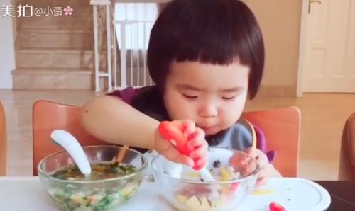Cô bé 2 tuổi tự xúc hai bát tô thức ăn thu hút 100 ngàn lượt thích - Ảnh 4