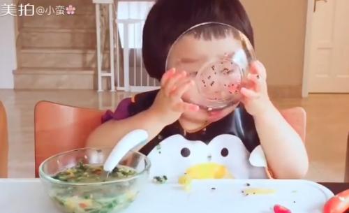 Cô bé 2 tuổi tự xúc hai bát tô thức ăn thu hút 100 ngàn lượt thích - Ảnh 5