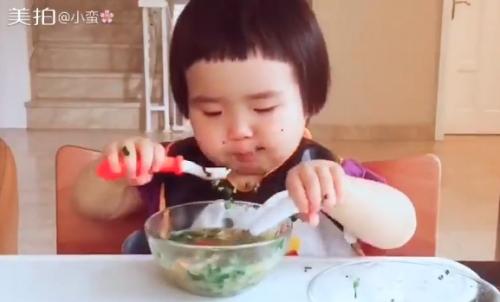 Cô bé 2 tuổi tự xúc hai bát tô thức ăn thu hút 100 ngàn lượt thích - Ảnh 6