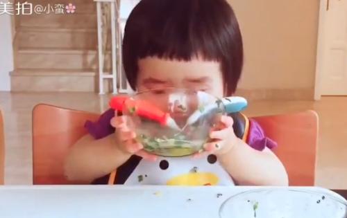 Cô bé 2 tuổi tự xúc hai bát tô thức ăn thu hút 100 ngàn lượt thích - Ảnh 7