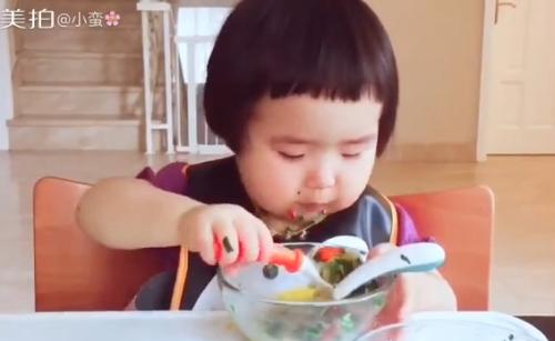 Cô bé 2 tuổi tự xúc hai bát tô thức ăn thu hút 100 ngàn lượt thích - Ảnh 8