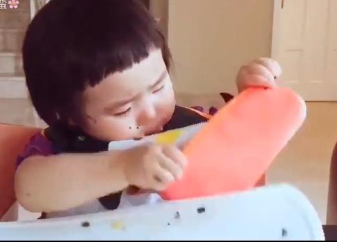 Cô bé 2 tuổi tự xúc hai bát tô thức ăn thu hút 100 ngàn lượt thích - Ảnh 9