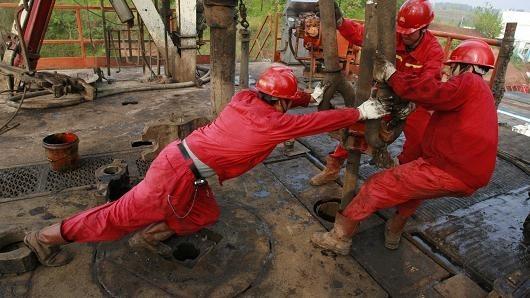 Giá dầu đảo chiều tăng mạnh sau 2 ngày giảm