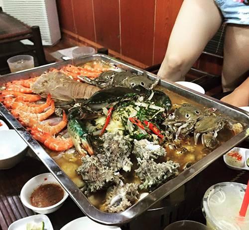 Nồi lẩu hải sản dài 2 mét - khủng chưa từng thấy ở Việt Nam - Ảnh 3.