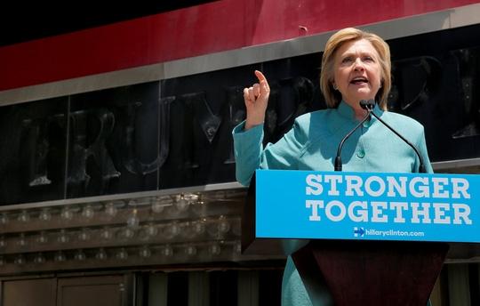 Dù đã an toàn qua ải FBI và Bộ Tư pháp Mỹ, bê bối email của bà Clinton vẫn chưa thực sự khép lại. Ảnh: REUTERS