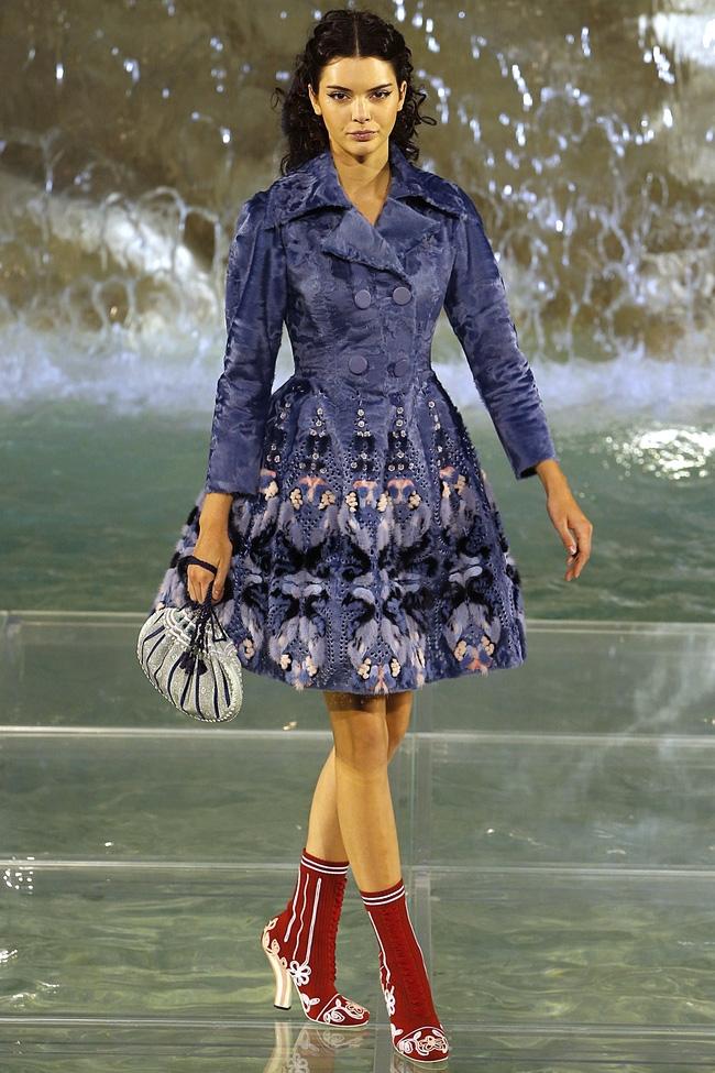 Catwalk trên mặt nước, dàn mẫu đỉnh của Fendi khiến người xem giật mình - Ảnh 4.