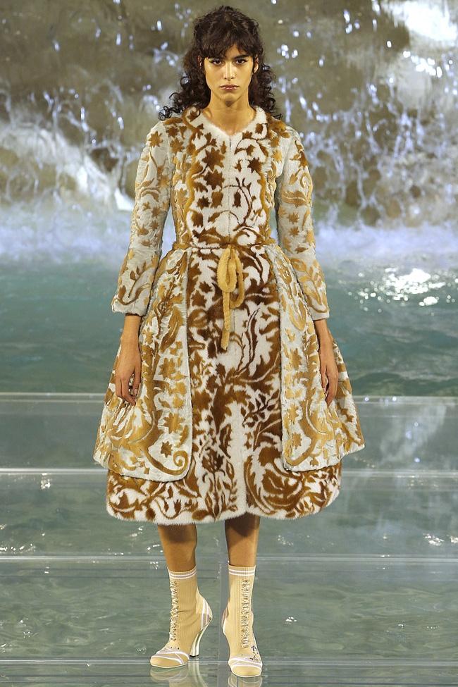Catwalk trên mặt nước, dàn mẫu đỉnh của Fendi khiến người xem giật mình - Ảnh 6.