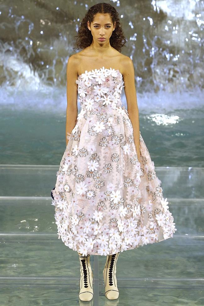 Catwalk trên mặt nước, dàn mẫu đỉnh của Fendi khiến người xem giật mình - Ảnh 7.