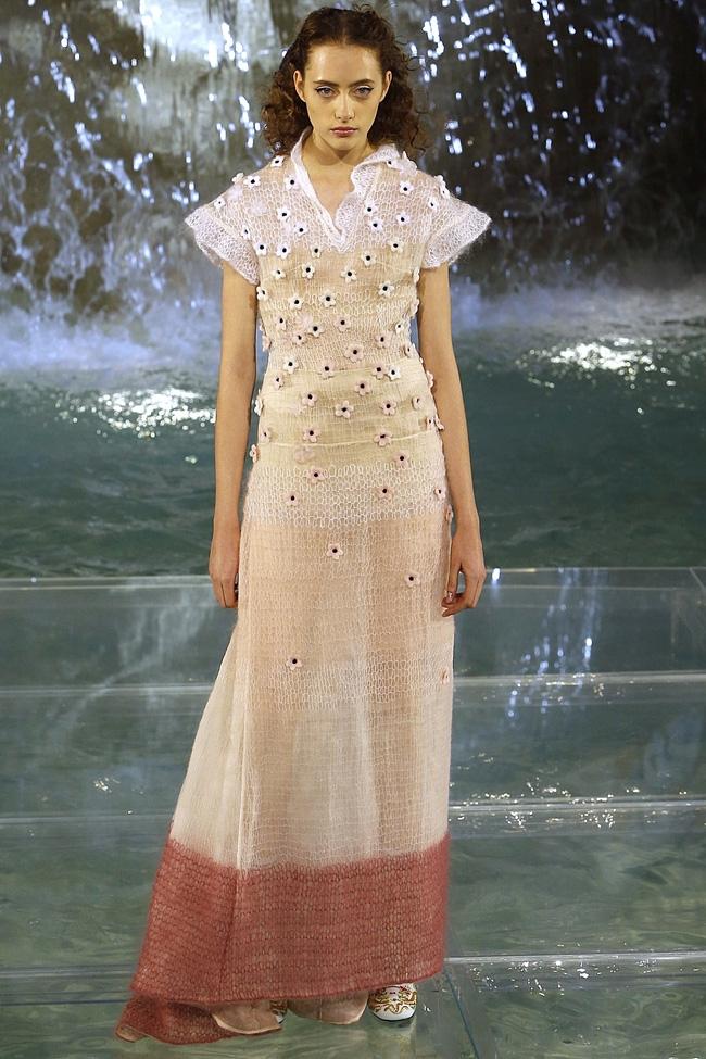 Catwalk trên mặt nước, dàn mẫu đỉnh của Fendi khiến người xem giật mình - Ảnh 8.