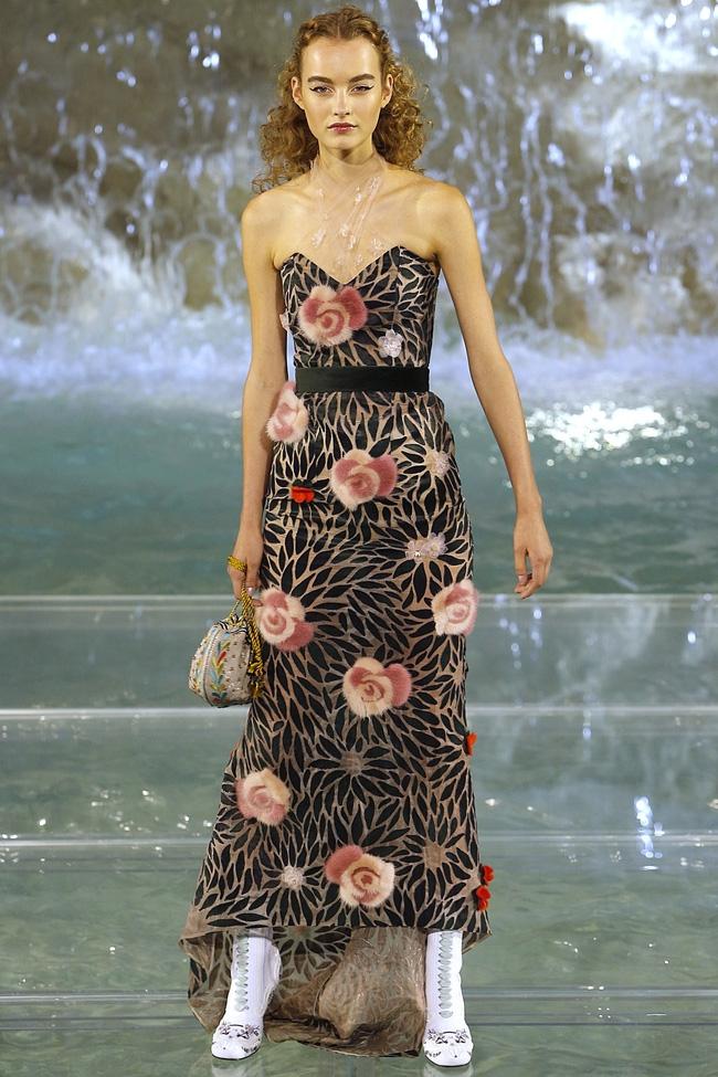 Catwalk trên mặt nước, dàn mẫu đỉnh của Fendi khiến người xem giật mình - Ảnh 10.