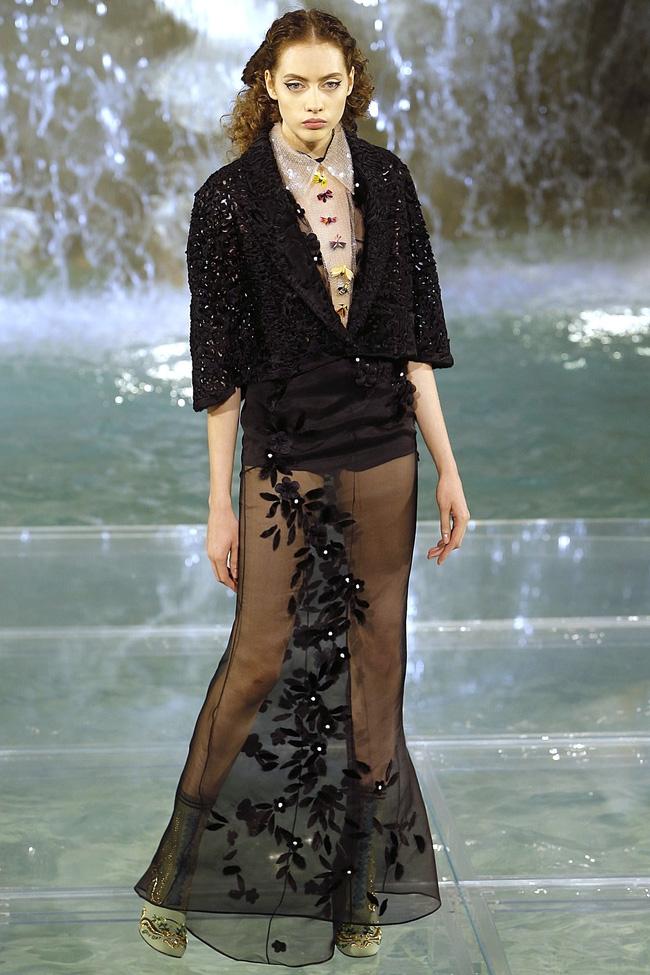 Catwalk trên mặt nước, dàn mẫu đỉnh của Fendi khiến người xem giật mình - Ảnh 11.