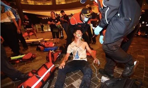 Một người đàn ông bị thương trong vụ nổ toa tàu chở khách ở Đài Loan tối 7/7. Ảnh: CNA.