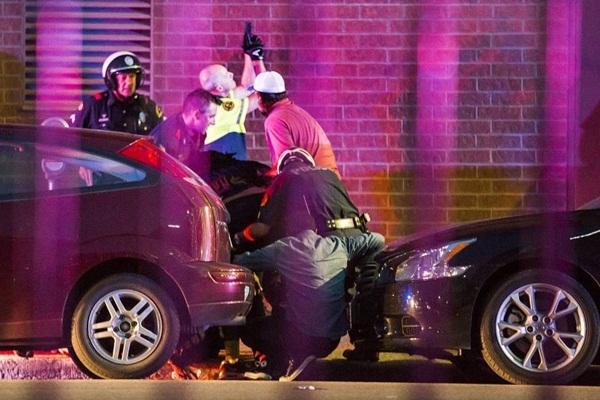 Cảnh sát bảo vệ cho người đi đường sau khi có người bị bắn tỉa. Ảnh: DallasMorningNews