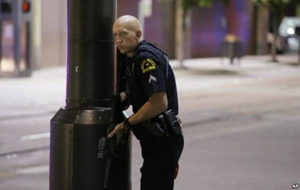 Một cảnh sát giám sát đường phố tại trung tâm Dallas. Ảnh: AP