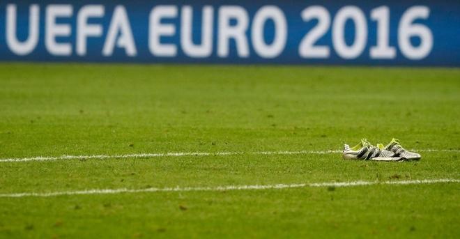 Neuer vứt bỏ giày áo lại sân sau khi Đức thua Pháp - ảnh thể thao