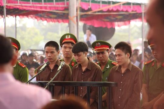Phiên tòa sơ thẩm ngày 17-12-2015 do TAND tỉnh Bình Phước xét xử đã tuyên án Dương và Tiến án tử, Thoại 16 năm tù.