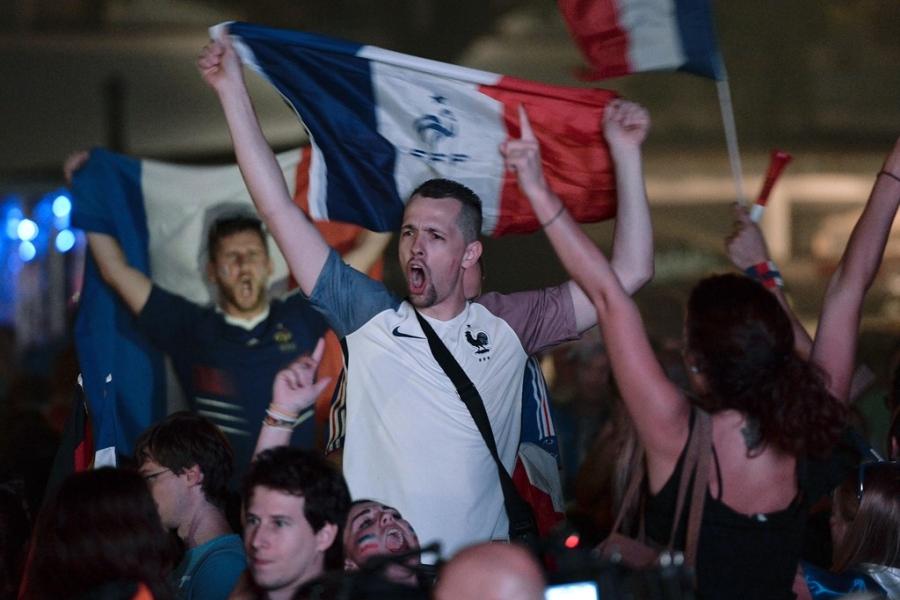 Phao sang ruc do Paris mung Phap vao chung ket Euro hinh anh 2
