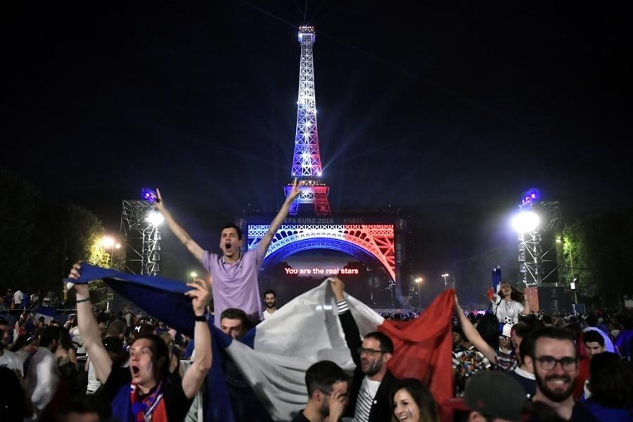Phao sang ruc do Paris mung Phap vao chung ket Euro hinh anh 11