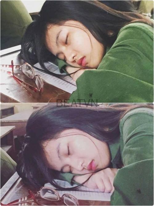 Thiếu nữ xinh đẹp ngủ gục trên bàn bỗng dưng nổi tiếng nói gì? - Ảnh 1.