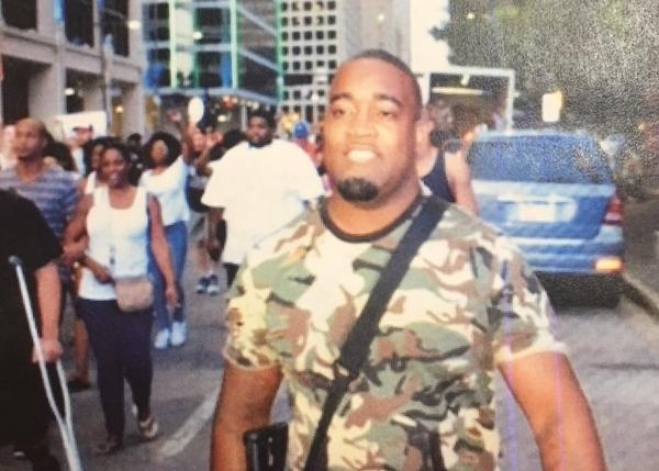 Một nghi phạm tấn công cảnh sát trong biểu tình ở Dallas. Ảnh: Twitter.
