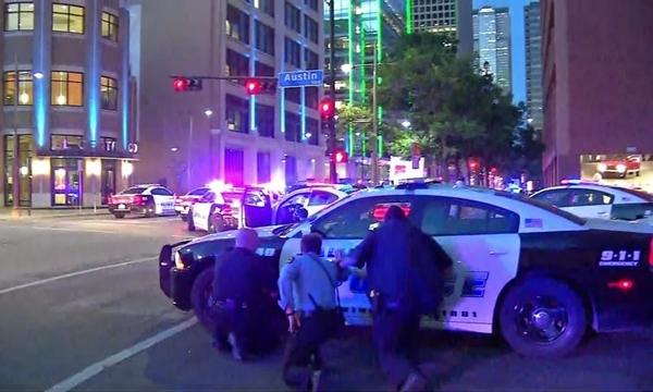 Cảnh sát Dallas tại hiện trường vụ nổ súng. Ảnh: NBCDFW.