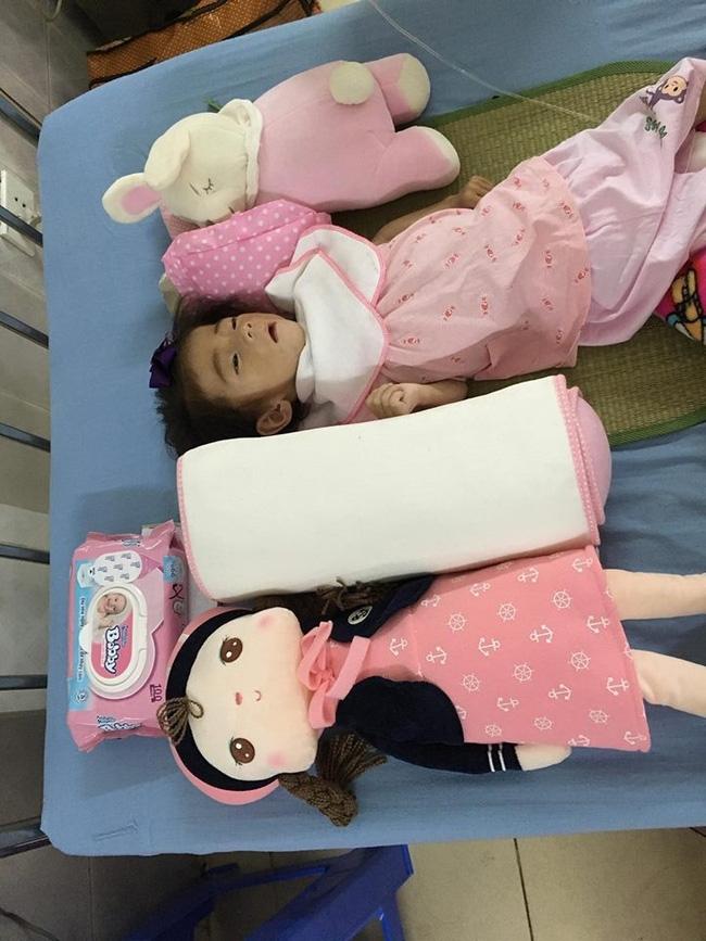 Cảm động chuyện 9X Lào Cai chăm sóc bé 14 tháng tuổi nặng 3,5kg như con ruột - Ảnh 1.