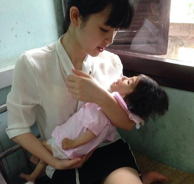 Cảm động chuyện 9X Lào Cai chăm sóc bé 14 tháng tuổi nặng 3,5kg như con ruột - Ảnh 3.