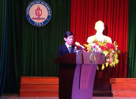 NGƯT.PGS.TS. Nguyễn Thám, Hiệu trưởng Đại học Sư phạm Huế đọc diễn văn mở đầu buổi lễ tốt nghiệp và đầy xúc động khi nói về em Oanh.