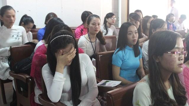 Các bạn sinh viên không cầm được nước mắt khi nghe thầy Thám xướng tên nữ sinh viên đã khuất - Phạm Thị Oanh