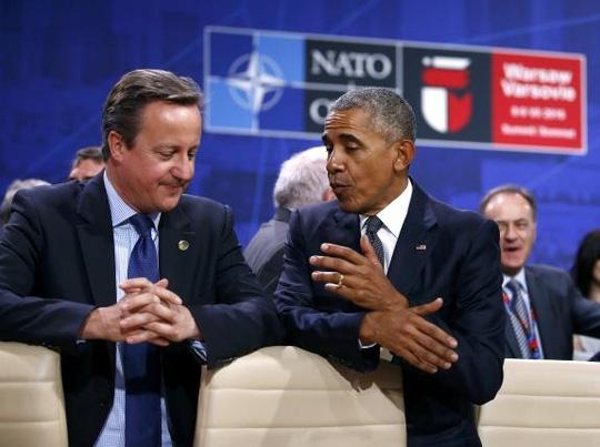 Ông Obama trò chuyện với Thủ tướng Anh David Cameron tại hội nghị NATO. Ảnh: Reuters