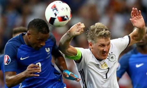 Schweinsteiger gây ra quả penalty cho ĐT Đức
