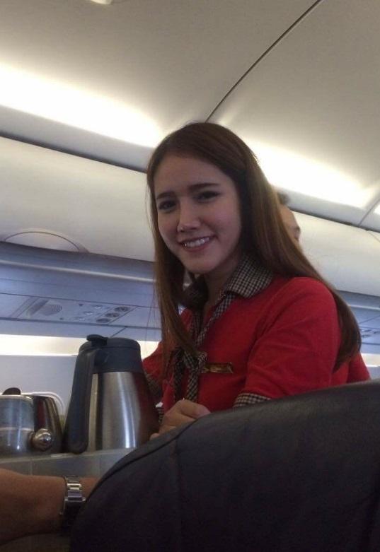 Nữ tiếp viên hàng không khiến khách hàng phải giơ máy chụp lén - Ảnh 1.