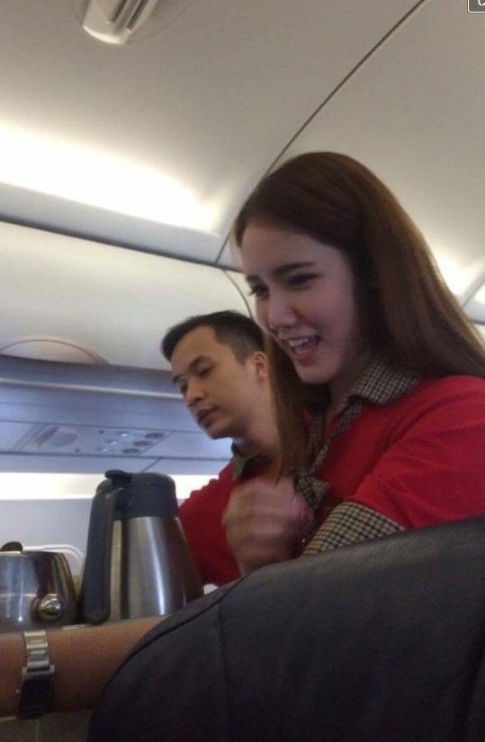 Nữ tiếp viên hàng không khiến khách hàng phải giơ máy chụp lén - Ảnh 2.