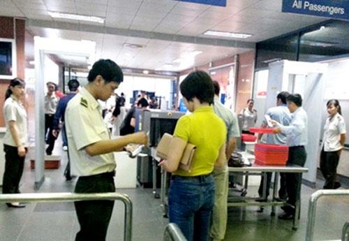 An ninh hàng không kiểm tra giấy tờ tuỳ thân của hành khách đi máy bay tại sân bay quốc tế Nội Bài - Ảnh minh họa