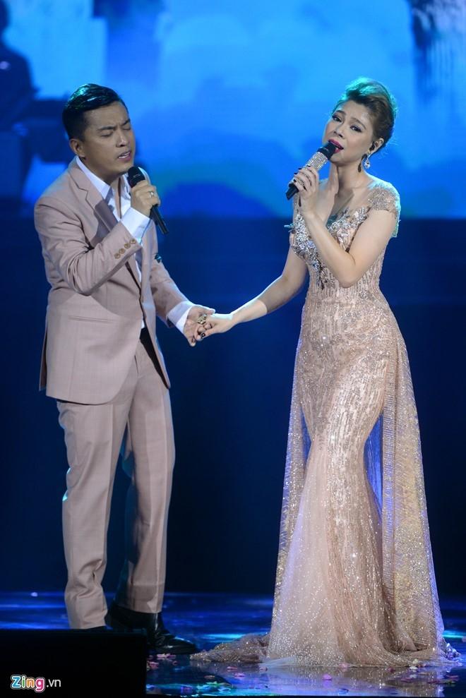 Thanh Thao boi roi khi duoc Quang Dung hon tren san khau hinh anh 8