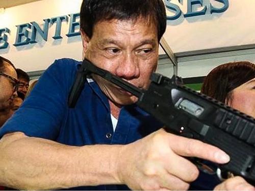 Tổng thống Philippines Duterte kêu gọi cảnh sát và dân chúng bắn hạ tội phạm ma túy và những người nghiện. Ảnh: Asia Correspondent.