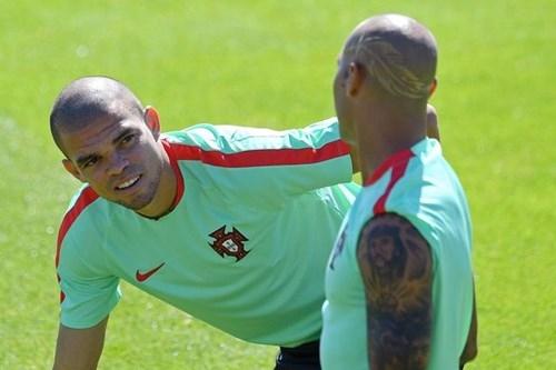 Đá chung kết EURO, cầu thủ Bồ Đào Nha cạo đầu cực 'dị' - ảnh 1