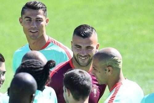 Đá chung kết EURO, cầu thủ Bồ Đào Nha cạo đầu cực 'dị' - ảnh 2