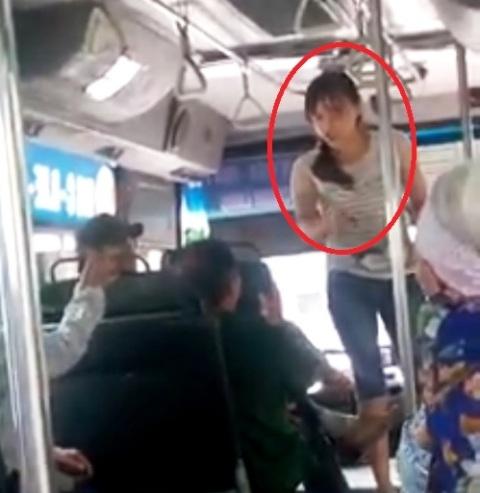 Nữ nhân viên (khoanh đỏ) đứng dậy lớn tiếng, quát tháo khách hàng lớn tuổi (Ảnh: cắt từ clip)