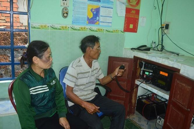 Hai ngày qua, bà Năng luôn có mặt tại đài canh ICOM để theo dõi thông tin từ Hoàng Sa báo về /// Ảnh: HIỂN CỪ