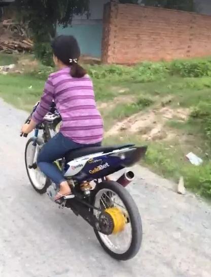 Nữ sinh Đồng Nai lái xe độ không đội mũ bảo hiểm bị chỉ trích - Ảnh 1