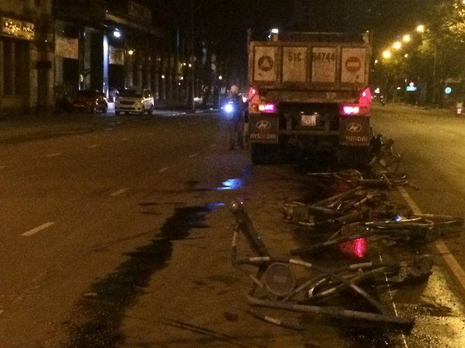 Ô tô và xe máy tông nhau văng xuống bãi dừa nước, một người chết