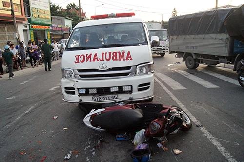 Xe cấp cứu bị xe ben tông đã lao lên húc một xe máy. Ảnh: Nguyệt Triều