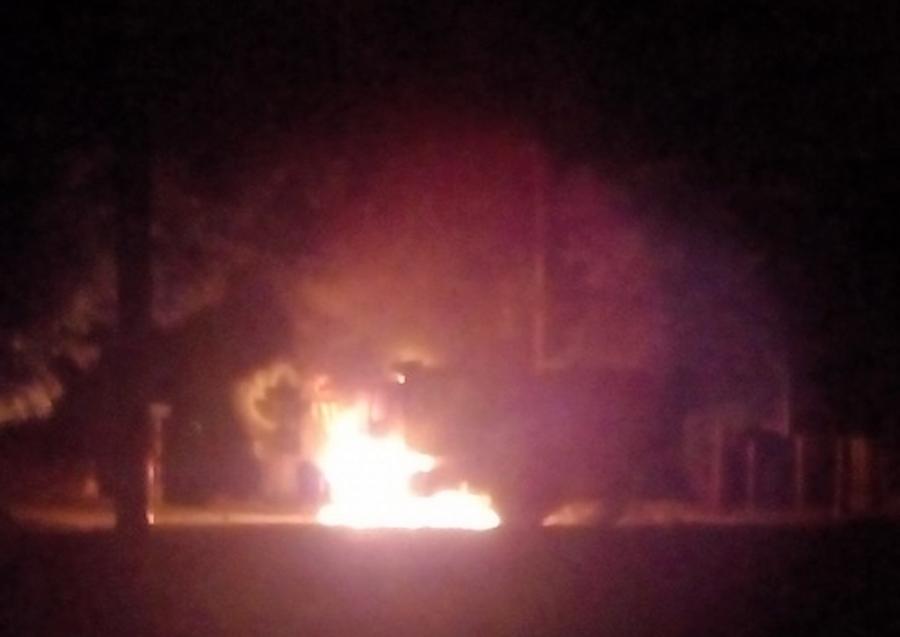 Chiếc xe cháy ngùn ngụt trong đêm.
