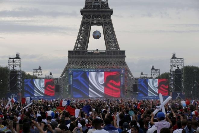 Bạo động dưới tháp Eiffel giữa trận chung kết Euro 2016 - ảnh thể thao