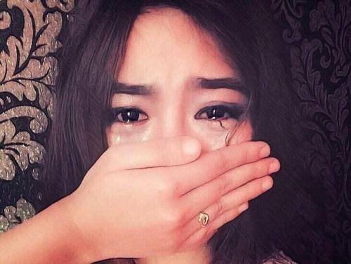 Bất ngờ với gương mặt thật của cô gái vừa che mặt vừa khóc - Ảnh 1