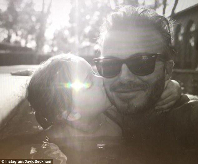 Bé Harper Beckham hôn bố mẹ đáng yêu thế này vào dịp sinh nhật 5 tuổi - Ảnh 1.