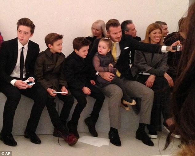 Bé Harper Beckham hôn bố mẹ đáng yêu thế này vào dịp sinh nhật 5 tuổi - Ảnh 3.