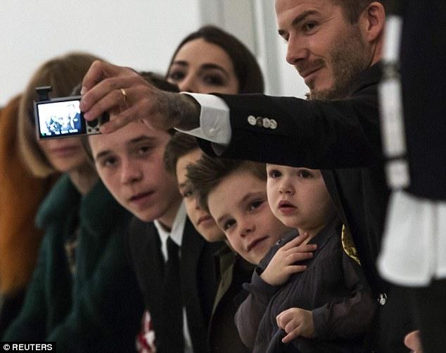 Bé Harper Beckham hôn bố mẹ đáng yêu thế này vào dịp sinh nhật 5 tuổi - Ảnh 4.